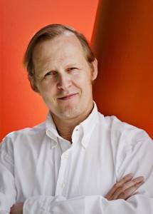 Psykologi Mikael Saarinen toimii psykoterapeuttina ja tutkimusasiantuntijana ja on kirjoittanut lukuisia tietokirjoja.