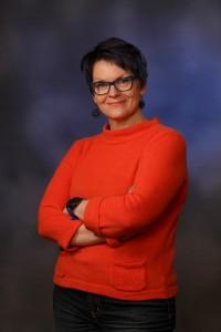 Oili Valkila on viestinnän ja vuorovaikutuksen kouluttaja, puhuja ja kirjoittaja, joka rakastaa kieltä ja viestintää.
