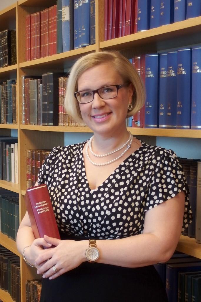 Elina Koivumäki pitää visaisten juridisten ongelmien ratkomisesta.
