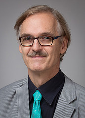 Psykologi Juha Sandberg tekee henkilöarviointeja Vival Oy:ssä.