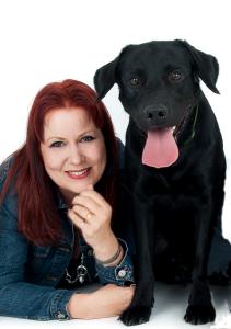 Eläinrakas Elina Hiltunen on moniyrittäjä ja kirjailija, joka kannustaa tyttöjä luonnontieteiden pariin.
