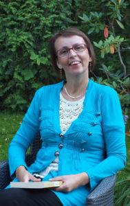 Carita Nyberg rentoutuu palapelien ja matkasuunnitelmien parissa.