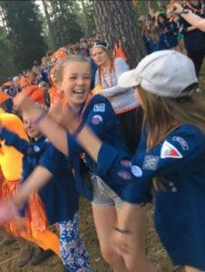 Partio on Syväniemen rakas harrastus. Tytär Ella-Maija (kesk.) on myös innolla mukana toiminnassa.